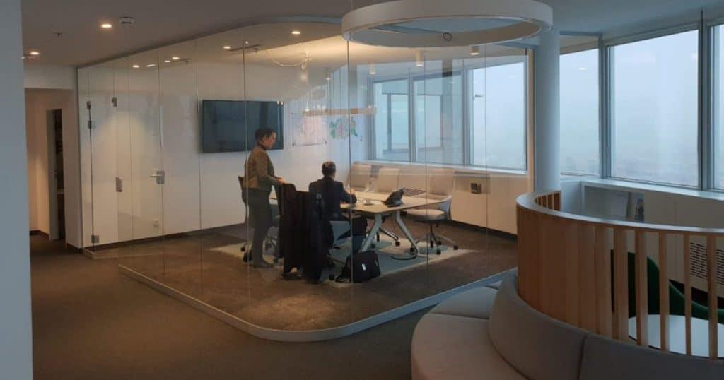 Raumteiler und Trennwände aus Glas